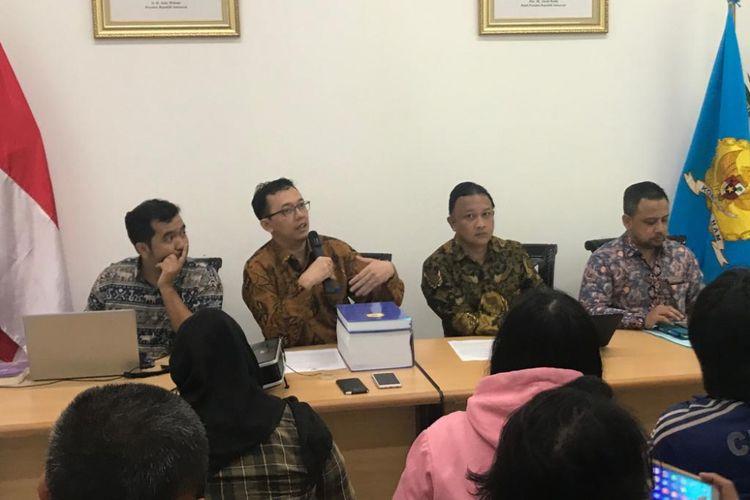 Ketua tim penyelidikan pelanggaran HAM berat peristiwa pembunuhan dukun santet tahun 1998-1999, Beka Ulung Hapsara (kedua dari kanan), saat konferensi pers di Media Center Komnas HAM, Gedung Komnas HAM, Jakarta Pusat, Selasa (15/1/2019).