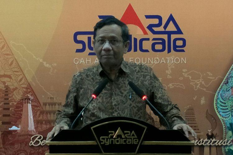 Mantan Ketua Mahkamah Konstitusi, Mohammad Mahfud MD ketika berpidato di Kantor PARA Syndicate, Jakarta, Kamis (19/4/2018).