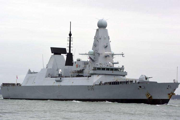 Foto bertanggal 20 Maret 2020 ini memperlihatkan kapal perang Inggris HMS Defender di Portsmouth. Militer Rusia mengeklaim menembakkan tembakan peringatan dan jet tempurnya menjatuhkan bom untuk memaksa Defender keluar dari perairan dekat Crimea di Laut Hitam pada 23 Juni 2021.