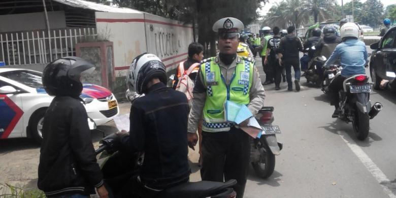Beberapa pengemdara terjaring razia kendaraan di Jalan Daan Mogot, Cengkareng, Jakarta Barat, Rabu (25/2/2015)