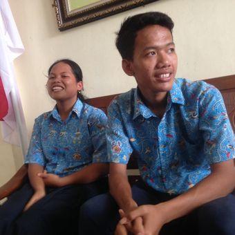 Sripun (15), siswi SMPN 17 Semarang, Jawa Tengah, bersama temannya Ego Krisna Yulianto, yang ditemui duta kehormatan UNICEF David Beckham, Selasa (27/3/2018).