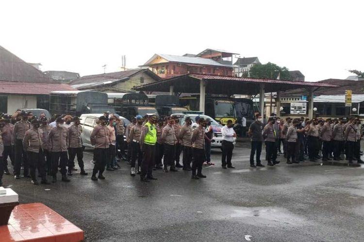Ratusan personel Polres Pulau Ambon mengikuti apel pengamanan Hari Raya Idul Adha di depan markas Polresta Pulau Ambon, Senin sore (19/7/2021)