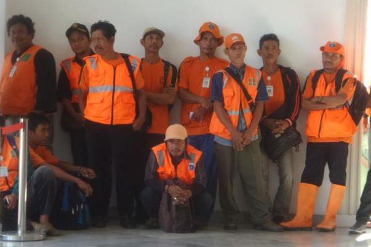 PHL dari Kecamatan Jatinegara mendatangi Balai Kota untuk mengadu kepada Plt Gubernur DKI Jakarta Sumarsono terkait tidak diperpanjangngnya kontrak mereka, Kamis (19/1/2017)