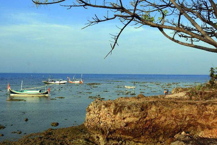 Pantai di Gili Iyang, Kabupaten Sumenep, Jawa Timur. Gili Iyang dikenal sebagai Pulau Awet Muda dengan kadar oksigen tertinggi kedua di dunia setelah Jordania yakni 21,5 persen.