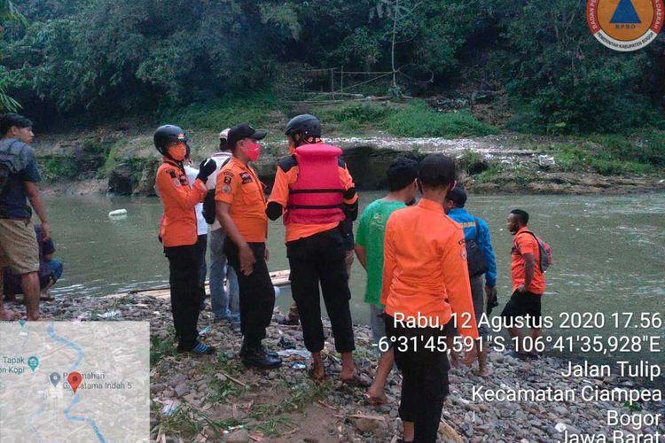 Tim gabungan mendatangi lokasi kejadian untuk mencari korban di Sungai Cisadane, Desa Ciampea, Kecamatan Ciampea, Kabupaten Bogor, Jawa Barat, pada Rabu (12/8/2020) sore.