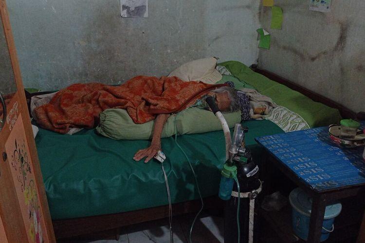 Mbah Sukarmi, menderita sakit pada bagian perutnya pasca operas pengangkatan tumor hanya dirawat di rumah karena keluarga takut didiagnosa covid 19.