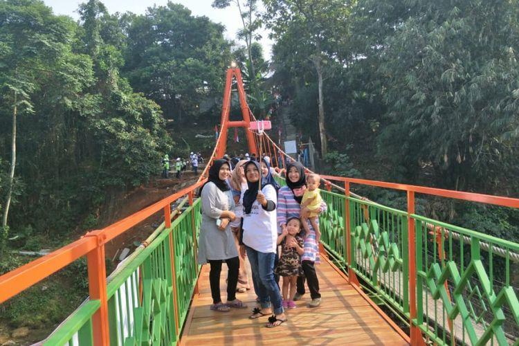 Warga berfoto bersama (selfie) di Jembatan Wiratman Karkasa yang merupakan pengganti jembatan gantung Indiana Jones, Kamis (16/8/2018). Jembatan ini menghubungkan Kelurahan Srengseng Sawah, Jakarta Selatan, dengan Kelurahan Pasir Gunung Selatan, Depok.