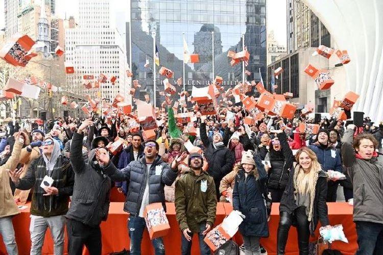 Ratusan peserta melempar box ke atas saat agenda Xiaomi Unboxing di Amerika