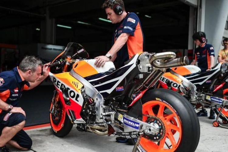 Anggota tim Repsol Honda memeriksa motor pebalap mereka asal Spanyol, Marc Marquez, pada hari kedua tes pramusim MotoGP 2017 di Sirkuit Sepang, Malaysia, Selasa (31/1/2017).