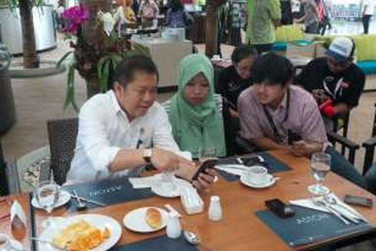 Menteri Komunikasi dan Informatika Rudiantara ketika berbincang dengan wartawan di Hotel Aston Cirebon, Senin (11/4/2016).