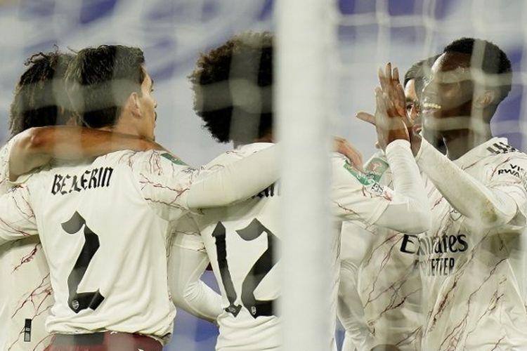 Para pemain Arsenal merayakan gol Eddie Nketiah kontra Leicester City pada Putaran Ketiga Piala Liga Inggris 2020-2021.