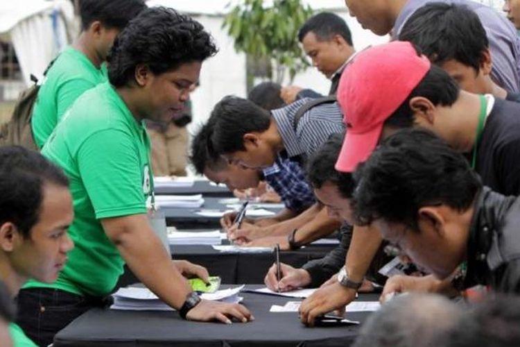 Pelamar mengantre mendaftarkan diri sebagai pengemudi ojek GrabBike di Senayan, Jakarta Pusat, Rabu (12/8/2015). Lowongan kerja sebagai pengemudi ojek online tersebut memanfaatkan teknologi digital yang lebih cepat dan transparan.
