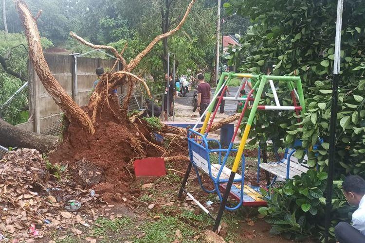 Pohon tumbang di GMM, Kelurahan Jatimulya, Cilodong usai hujan deras disertai angin kencang melanda Kota Depok