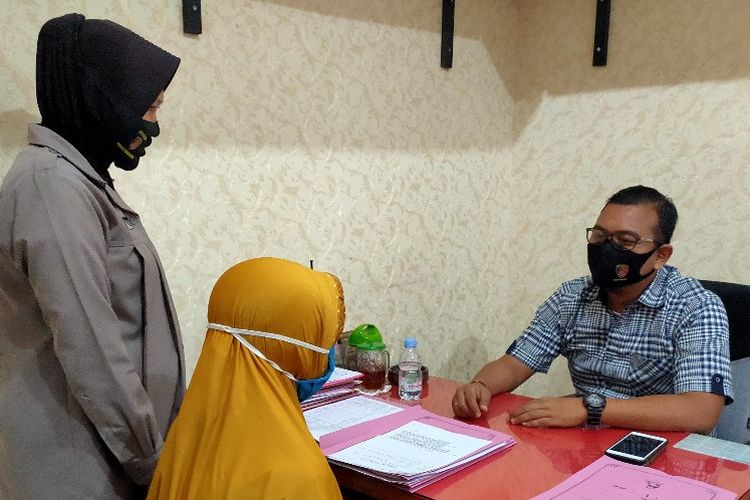 Kasatreskrim Polres Tegal Kota AKP Gineung Pratidina meminta keterangan pelaku terduga kasus pidana penggelapan uang nasabah di Mapolres Tegal Kota, Rabu (9/9/2020)