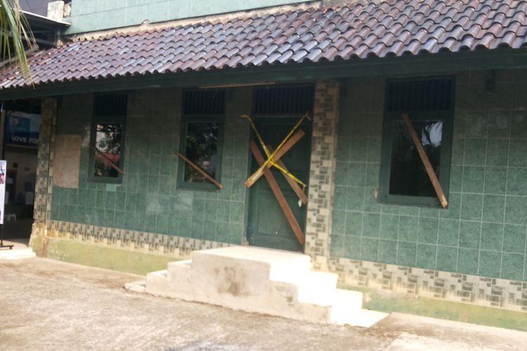 Pelang penyegelan yang dipasang Pemerintah Kota Depok terhadap Masjid Al Hidayah di Jalan Muchtar Raya, Sawangan, Depok, Senin (5/6/2017). Masjid Al Hidayah adalah masjid yang menjadi pusat kegiatan jamaah Ahmadiyah di Kota Depok.