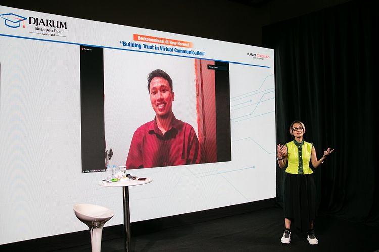 Mahasiswa asal Kendari, Sulawesi Tenggara, Muhammad Noor Alim berdiskusi dengan Rosianna Silalahi pada pelatihan soft skills online dalam Leadership Development Series, Jumat (12/6/2020).