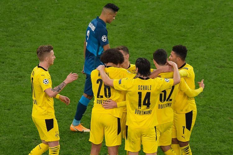 Gelandang Borussia Dortmund Axel Witsel merayakan gol bersama rekan satu timnya pada laga Liga Champions antara Zenit vs Dortmund di Stadion Saint Petersburg pada 8 Desember 2020.