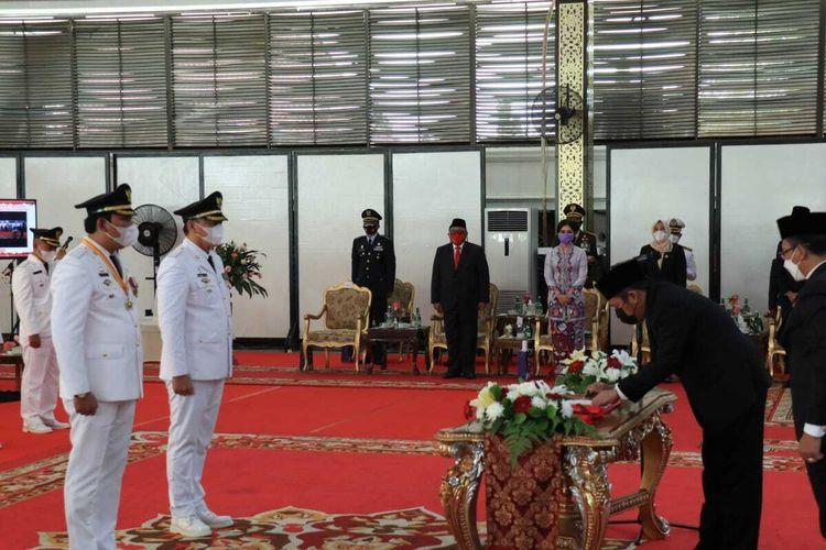 Bupati dan Wakil Bupati OKU Selatan Popo Ali Martopo- Soliehin Abuasir, saat dilantik di Griya Agung Palembang, oleh Gubernur Sumatera Selatan Herman Deru, Jumat (26/2/2021).