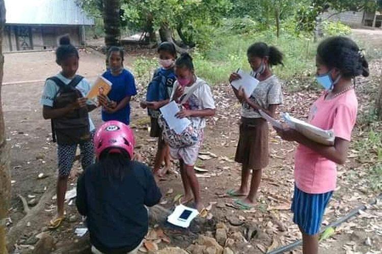 Foto : Saat guru SMPN 3 Waigete, Desa Watu Diran, Kecamatan Waigete, Kabupaten Sikka, NTT mengunjungi siswa-siswi agar mendapat pelajaran.
