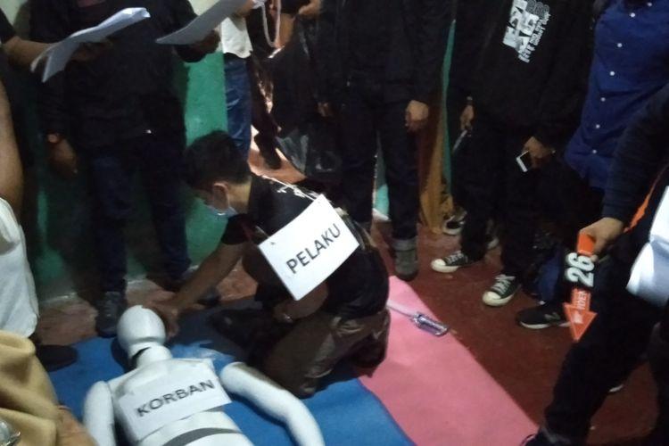 Rega adegan kasus mutilasi yang dilakukan remaja berinisial (A) di rumah tersangka di kawasan Jakasampurna, Kota Bekasi, Rabu (16/12/2020)