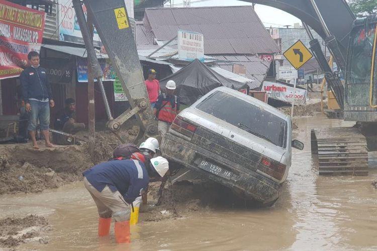 Debit air hujan mengakibatkan Sungai Masamba, Rongkang dan Sungai Rada meluap sehingga terjadi banjir bandang.