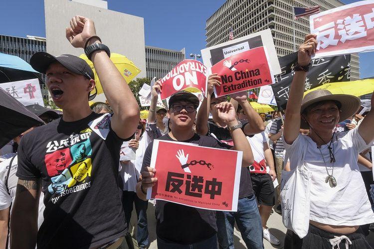 Warga Hong Kong turun ke jalan melakukan aksi unjuk rasa menentang undang-undang ekstradisi ke China, Minggu (9/6/2019).