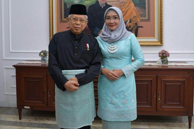 Wakil Presiden Ma'ruf Amin dan istrinya Wurry Ma'ruf Amin mengenakan pakaian adat Melayu dan baju kurung modern sebelum melaksanakan upacara peringatan HUT ke-75 RI di Istana Merdeka, Jakarta, Senin (17/8/2020).