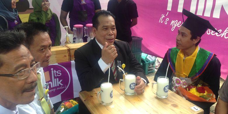 Rektor Unnes Faturrahman (tengah) saat berbincang dengan Faizal, mahasiswa Unnes yang sukses berbisnis susu dengan omzet hampir Rp 1 miliar per bulan.