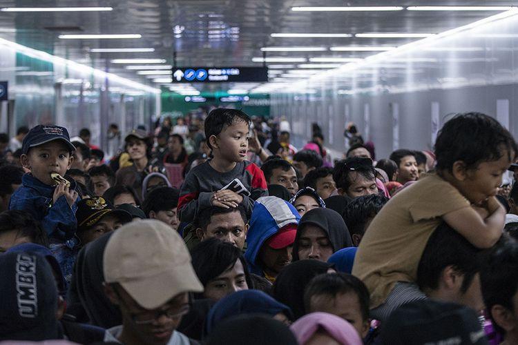 Warga mengantri untuk menaiki kereta MRT di Stasiun MRT Bundaran HI, Jakarta, Minggu (24/3/2019). Moda Raya Terpadu (MRT) Jakarta Fase 1 dengan rute Bundaran HI - Lebak Bulus resmi beroperasi sejak diresmikan oleh Presiden Jokowi, Minggu hari ini.