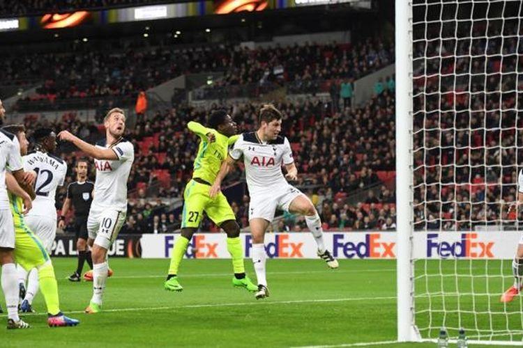 Striker Tottenham Hotspur, Harry Kane, mencetak gol bunuh diri saat melawan Gent pada partai kedua babak 32 besar Liga Europa di Stadion Wembley, Kamis (23/2/2017).