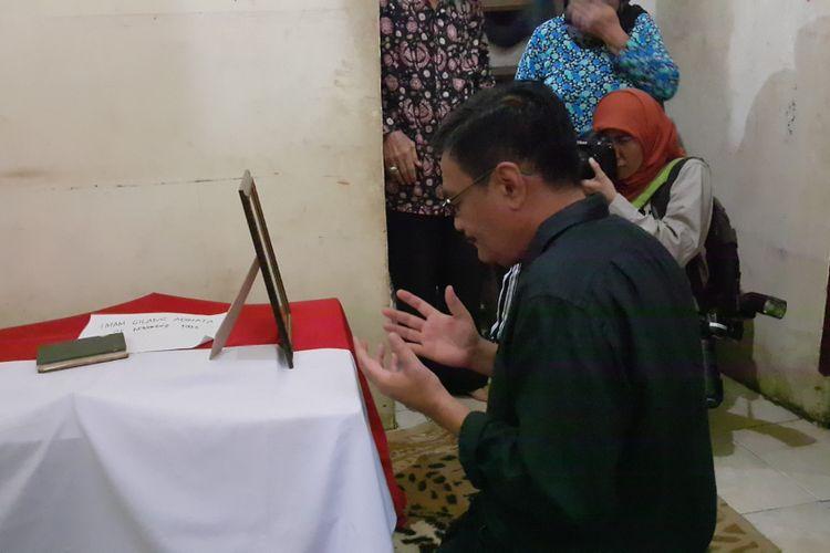 Pelaksana tugas (Plt) Gubernur DKI Jakarta Djarot Saiful Hidayat mengunjungi rumah duka salah satu polisi yang gugur dalam teror bom di Terminal Kampung Melayu, Jakarta Timur, Bripda Imam Gilang Adinata (24), di Jalan Kelingkit, Kelurahan Menteng Dalam, Tebet, Jakarta Selatan, Kamis (25/5/2017).