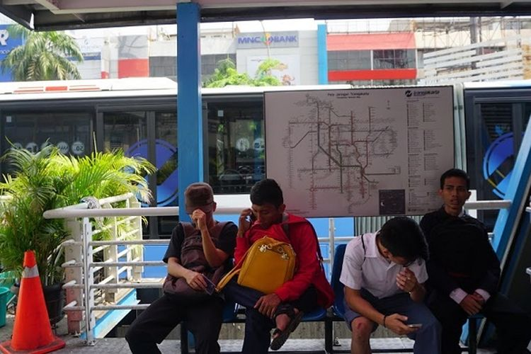 Para penumpang terlantar akibat petugas melakukan aksi mogok mengoperasikan bus Transjakarta, Senin (12/6/2017) siang.