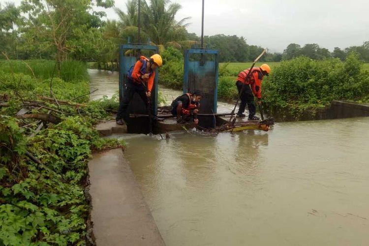 Basarnas Makassar melakukan pencarian terhadap seorang warga Kabupaten Pangkep yang dilaporkan terseret arus dan tenggelam di Sungai Barabatu.