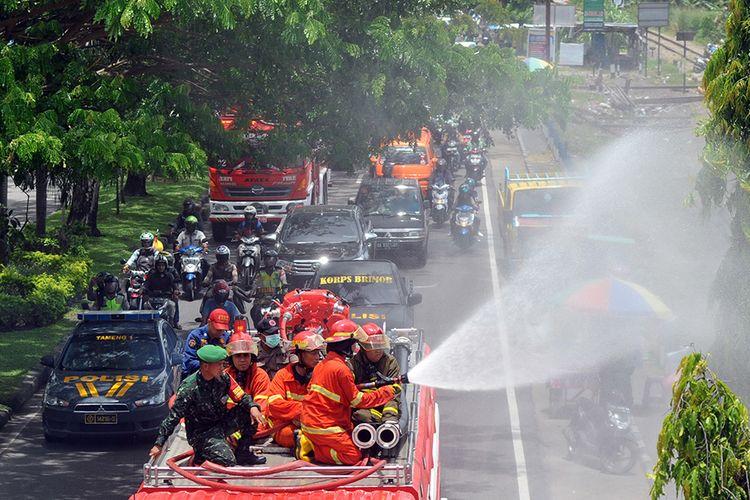 Petugas pemadam kebakaran menyemprotkan cairan disinfektan ke fasilitas umum di Padang, Sumatera Barat, Senin (23/3/2020). Tim gabungan terdiri dari TNI-Polri, BPBD, Satpol-PP dan Pemadam Kebakaran melakukan penyemprotan disinfektan secara massal di jalan protokol dan fasilitas umum di kota itu untuk mengantisipasi penyebaran COVID-19.