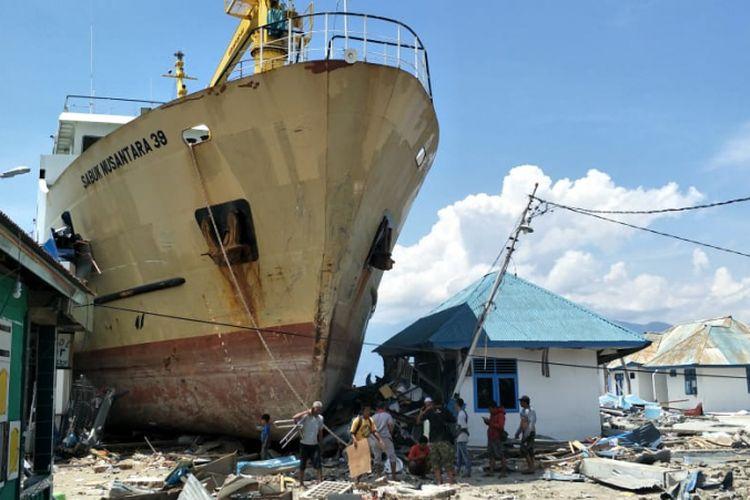 Dampak kerusakan akibat gempa Donggala dan tsunami Palu, Sulawesi Tengah, pada Jumat (28/9/2018), di Kampung Wani 2, Kecamatan Tanatopea, Kabupaten Donggala, Sulawesi Tengah, Selasa (2/10/2018). Kapal Sabuk Nusantara 39 sampai terdampar ke daratan.