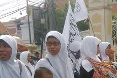 Di Surabaya, Ibu-ibu Ikut Demo 4 November Sambil Gendong Anak