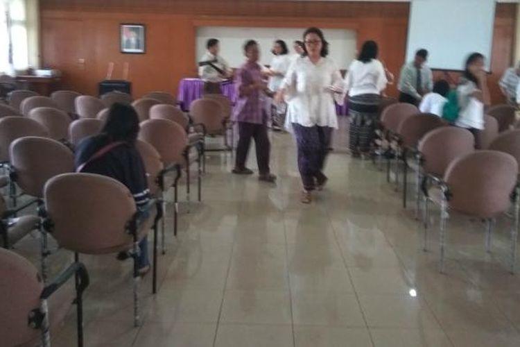 Jemaat Gereja Batak Karo Protestan (GBKP) Pasar Minggu beribadah di kantor kecamatan lantaran gerejanya belum diizinkan beroperasi, Minggu (9/10/2016).