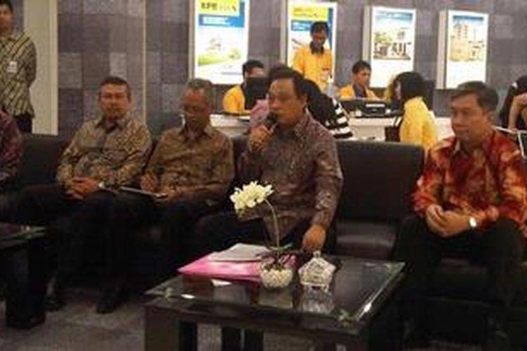 Direktur Utama Bank BTN Maryono (memegang mik) didampingi Ketua APERSI Eddy Ganefo (kanan), Deputi Pembiayaan Perumahan Kemenpera Sri Hartoyo (ketiga dari kanan) dan Ketua DPP REI Setyo Maharso (keempat dari kanan) dalam jumpa pers pembukaan BTN Property Expo 2013 di JCC, Jakarta, Sabtu (2/2/2013).