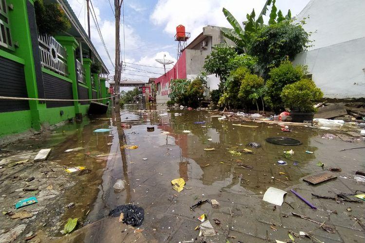 Berbagai sampah yang berserakan di RW 011, Kelurahan Periuk, Kecamatan Periuk, Kota Tangerang, Banten akibat banjir yang melanda Kota Tangerang pada Sabtu (20/2/2021) pekan lalu. Sampah-sampah tersebut nampak belum sempat dibersihkan oleh Dinas Lingkungan Hidup (DLH) Kota Tangerang pada Senin (22/2/2021) siang.