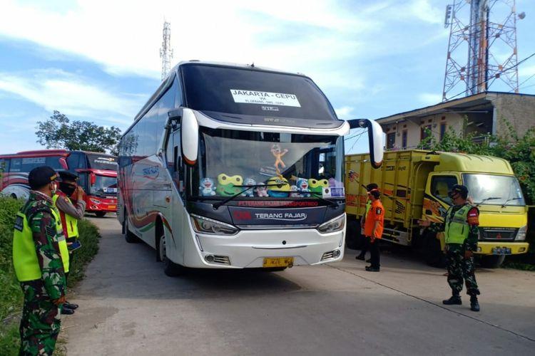 Sejumlah bus diputar balik melalui Gerbang Tol Karawang Barat pada Senin (1/6/2020). Kendaraan tersebut diputar balik lantaran pengendara tak dapat menunjukkan SIKM DKI Jakarta.