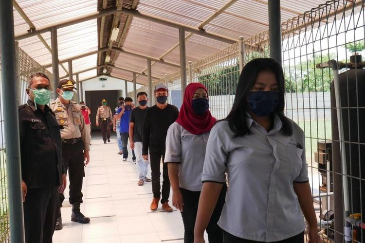 Karyawan pabrik di Cianjur, Jawa Barat diwajibkan mengenakan masker sebagai langkah pencegahan Covid-19 di kawasan industri