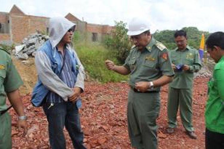 Wakil Wali Kota Samarinda saat menegur pihak pengembang dari Suryanata Regency dan meminta agar pembangunanya diberhentikan sementara hingga penyelesaian urusan perizinan.