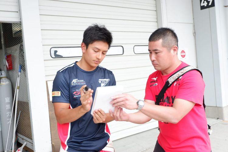 Seorang warga Jepang bernama Taichi mengaku sangat mengagumi sosok Rio Haryanto. Ia pun menanti dengan sabar untuk mendapatkan tanda tangan sang pebalap.