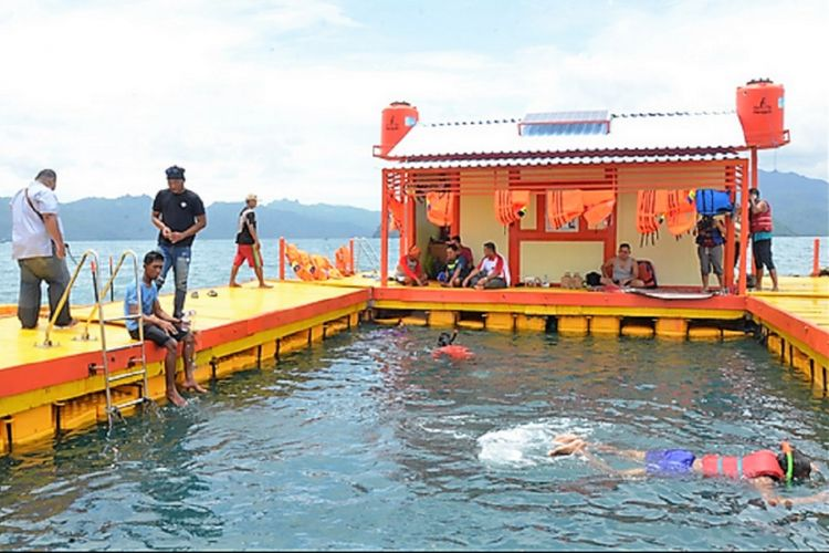 Rumah apung merupakan salah satu destinasi wisata bahari di Kecamatan Watulimo, Kabupaten Trenggalek, Jawa Timur.
