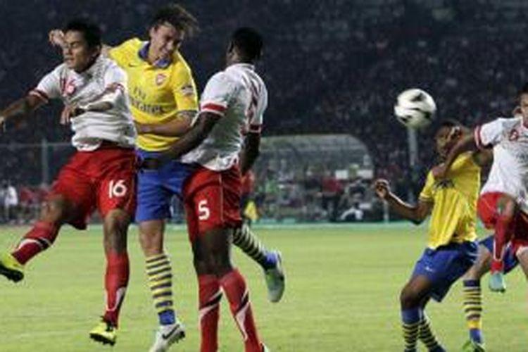 Pemain Arsenal, Per Mertesecker ketika beraksi melawan Indonesia Dream Team di Stadion Utama Gelora Bung Karno, Jakarta Selatan, Minggu (14/7/2013). Arsenal akhirnya menghajar Indonesia 7-0.