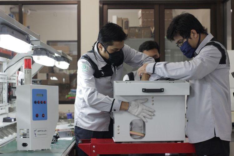 Sejumlah pegawai Len Industri tengah mengerjakan ventilator.