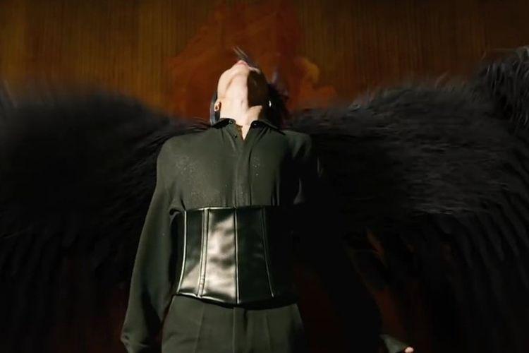 Dua personel BTS, Jimin dan Jungkook terlihat mengenakan korset untuk klip Black Swan yanv baru dirilis.