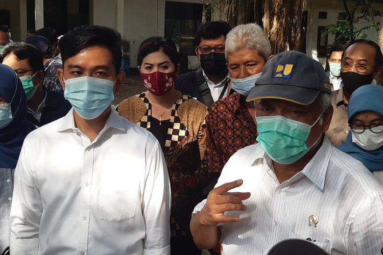 Menteri Pekerjaan Umum dan Perumahan Rakyat (PUPR) Basuki Hadimuljono didampingi Wali Kota Solo Gibran Rakabuming Raka saat mengunjungi Taman Balekambang Solo, Jawa Tengah, Sabtu (27/3/2021).