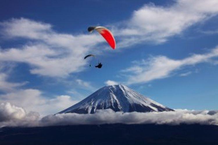 Paraglider di kawasan Gunung Fuji, Jepang. Komite Warisan Dunia UNESCO, 16 Juni 2013 memutuskan kawasan Gunung Fuji masuk dalam Warisan Dunia alam dan budaya global.