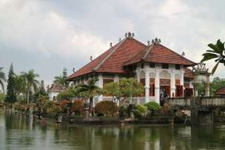 Taman yang kerap disebut Water Palace ini dibangun pada 1909 di bawah pemerintahan Raja Karangasem yang terakhir bertahta.